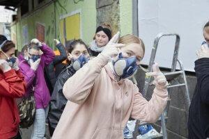 Die Schüler*innen hatten viel Spaß bei der Graffiti-Aktion, die Ihnen gleichzeitig als Praktikum angerechnet wird. Foto: Franziska Klein
