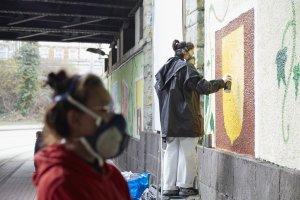 Durch die großen Wandflächen konnten die Schüler*innen mit viel Abstand gleichzeitig an ihren Motiven arbeiten. Foto: Franziska Klein