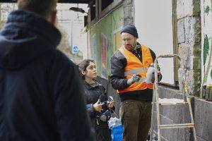 Kunstpädagoge Martin Domagala erklärt, was beim Umgang mit Farb-Spraydosen zu beachten ist. Foto: Franziska Klein