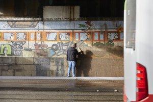 Zuerst musste die Wand von Schmutz befreit werden. Foto: Franziska Klein