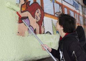 Dann durfte die erste Schicht Farbe an die Wand und über die alten Motive. Foto: Franziska Klein