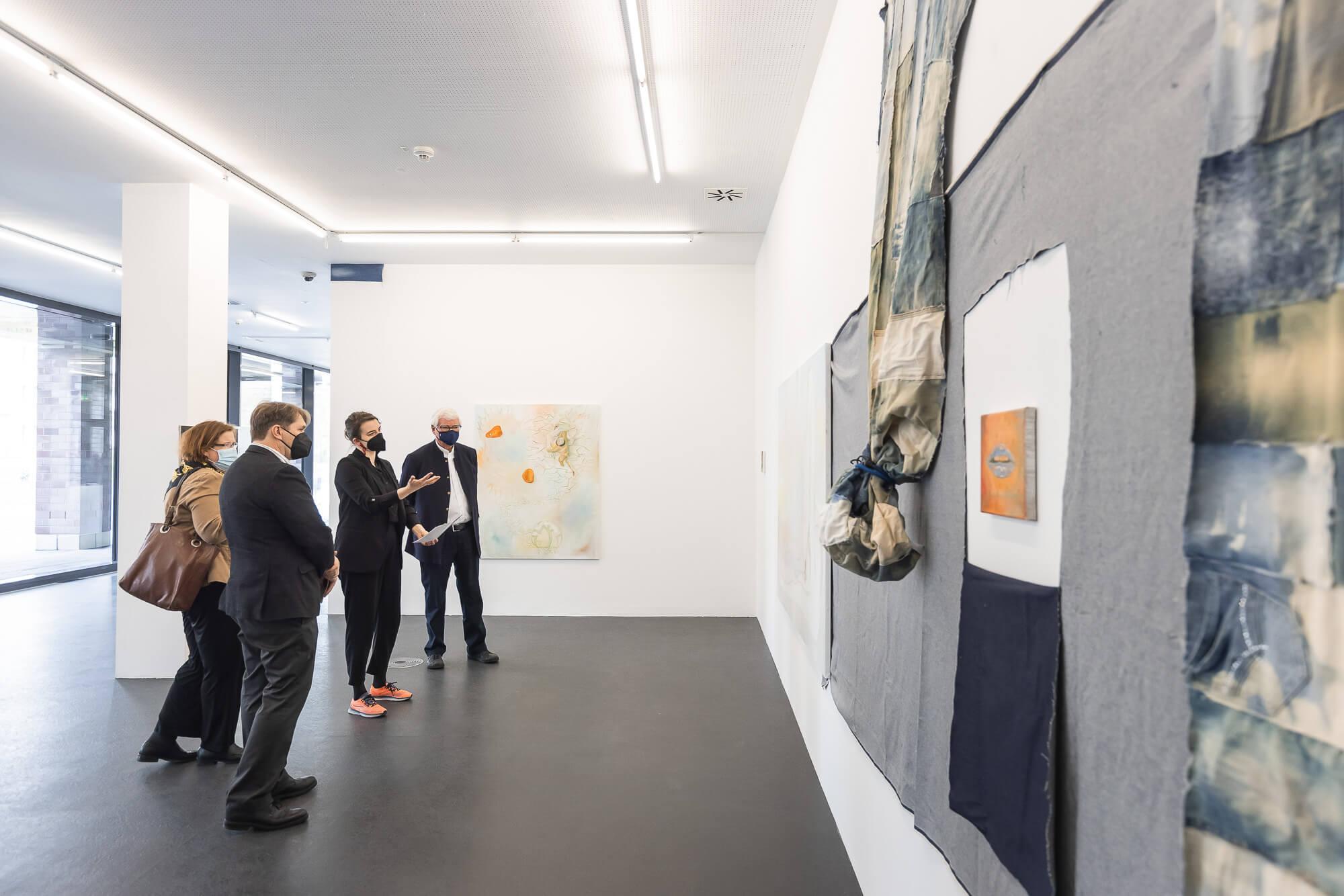 Rebekka Seubert, Künstlerische Leiterin des Dortmunder Kunstvereins, führt Bodo Hombach, Lee-Anne Hermann und Pierre Chalifour durch die Ausstellung. Foto © Roland Baege