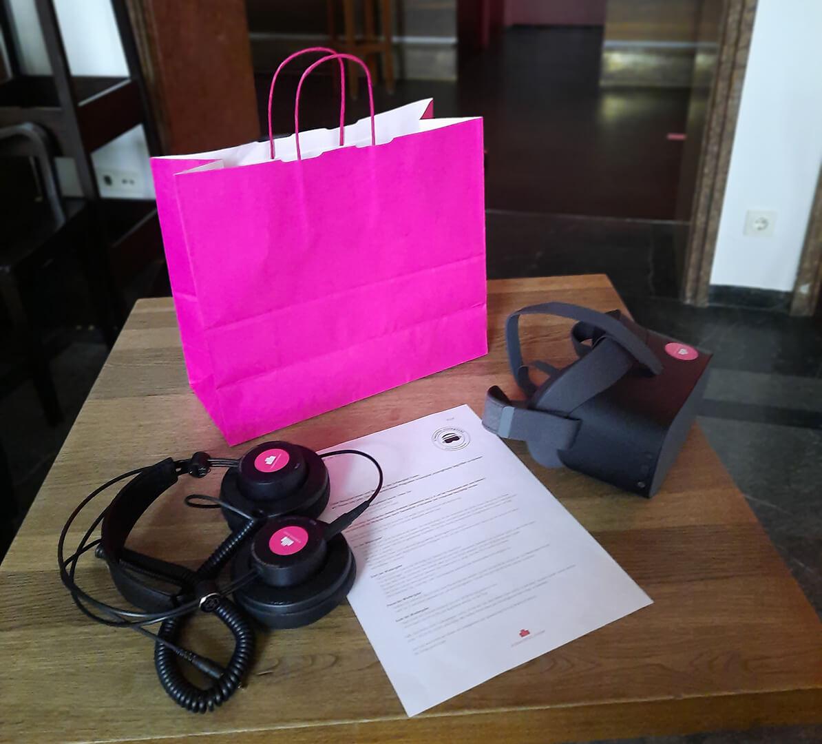 Die VR-Brille wird mit samt Kopfhörern und Bedienungsanleitung nach Hause geliefert. Foto: Schauspiel Essen