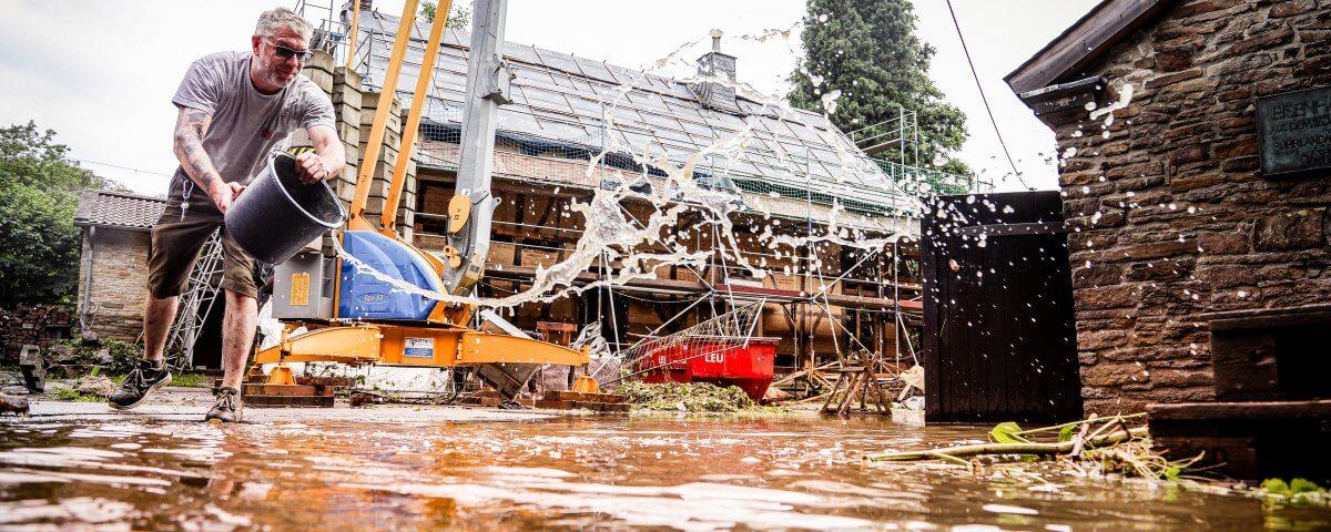 Rettungskräfte und Anwohner kämpfen mit den Folgen der Regenfälle der vergangen Tage. © André Hirtz / FUNKE Foto Services